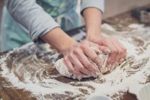 Ihminen leipomassa.